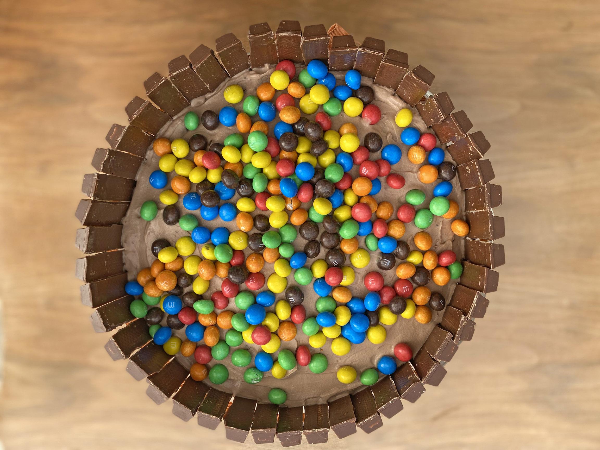 tort czekoladowy M&M's i KitKat by FASHION ART MEDIA
